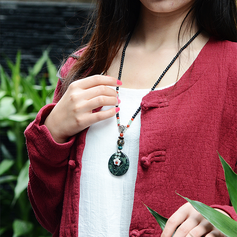 ロングチェーンネックレスエスニックドロップペンダント、白いシェル花緑目天然石、手作りファッションヴィンテージジュエリー女性