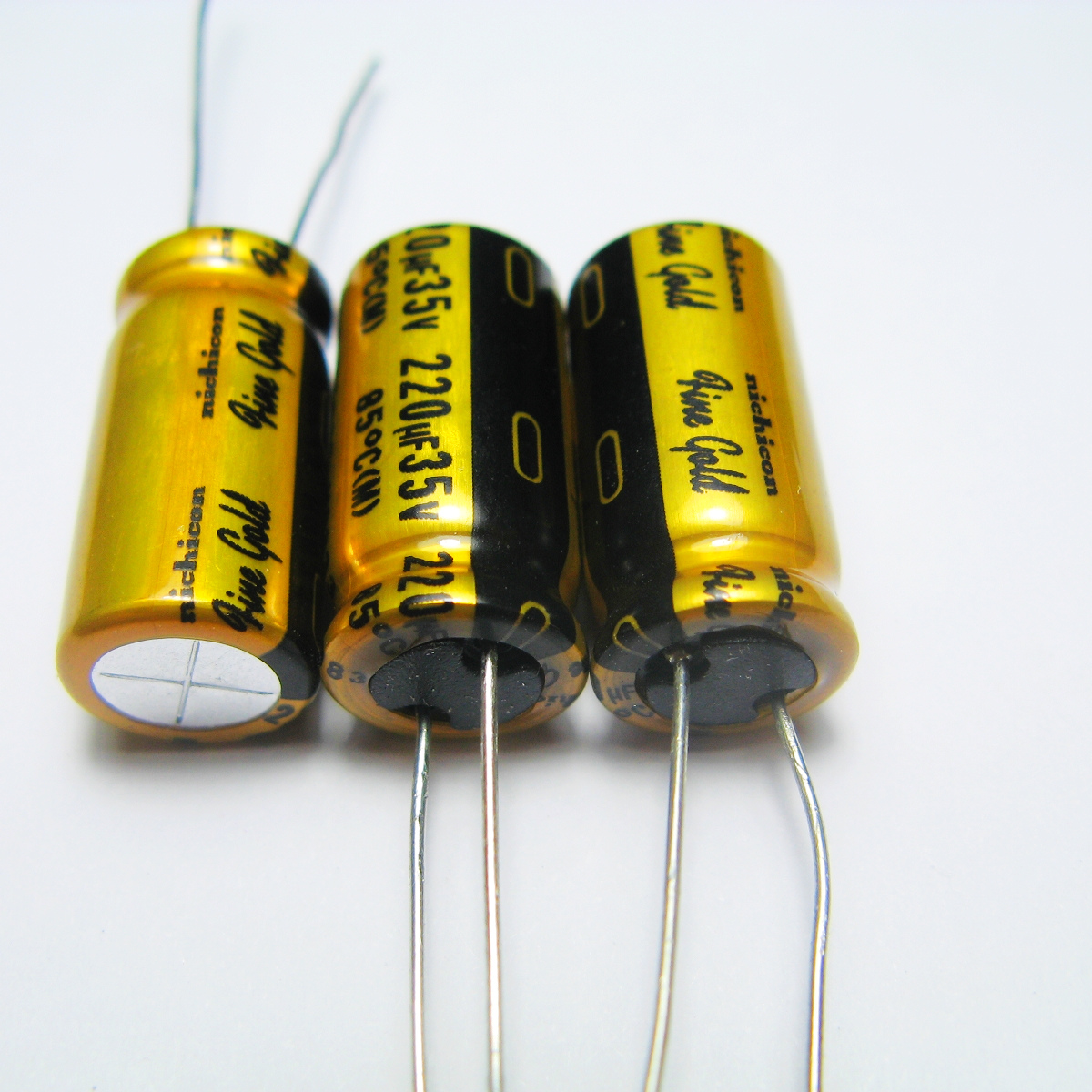 10pcs 20pcs The original NICHICON FG 35v220uf copper feet audio super capacitor electrolytic capacitors free shipping in Capacitors from Electronic Components Supplies