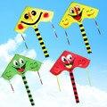 2017 nuevo colorido cara sonriente de la cometa con la cola larga niños de dibujos animados triángulo cometa fácil volar juguetes al aire libre para los niños