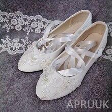 Свадебные туфли с лентами и кружевом; обувь ручной работы на плоской подошве для невесты; Роскошные кружевные туфли с жемчугом; цвет белый, слоновой кости; женская свадебная обувь на плоской подошве с цветочным узором; большие размеры