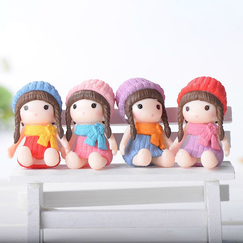 A Little Girl with A Hat Sitting Posture 4PCS/LOT Mini Plastic Doll Gift 4.2cm*2.8cm A Decoration