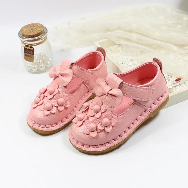 Nova primavera bebê menina sandálias 2017 crianças meninas de couro pu shoes recém-nascidos bonito rosa/flores brancas/bowtie shoes sola macia a02242
