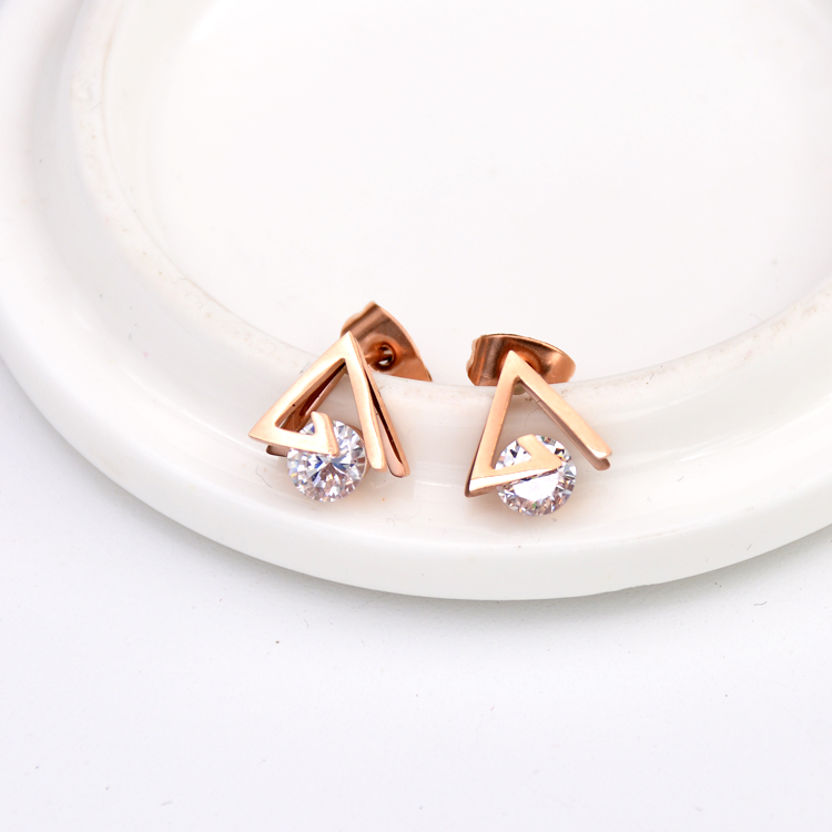 2017 YUN RUO Mote Rose Gold Color AAA Zirconia Triangle Stud Earring for Woman Gift Not Allergy 316L Rustfritt stål smykker