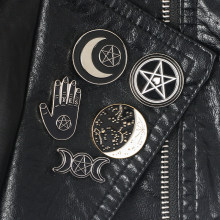 Strega pins collection Pentagramma Tripla luna Costellazione Guidata Spille Witchy Goth Monili di pin del Risvolto per le Streghe(China)