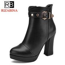 RizaBina Размеры 31-43 Для женщин ботинки на высоком каблуке в сдержанном стиле круглый носок на платформе теплые меховые ботильоны с пряжкой зимняя обувь женская обувь