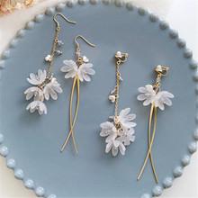 Moda szkło akrylowe wisiorek kolczyki biały wiszące kolczyki z motywem kwiatowym kreatywny asymetryczne długie frędzle kolczyk kolczyki dla kobiety tanie tanio XIALUOKE Ze stopu cynku Roślin TRENDY Golden earrings Acrylic stud earrings The party gift accessories earrings