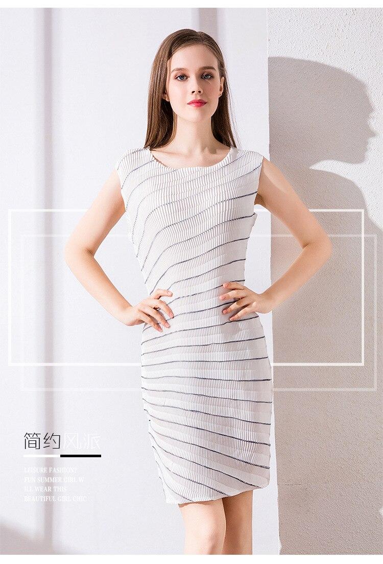 Vente chaude Miyake mode sans manches col rond pli robe rayures robe en STOCK