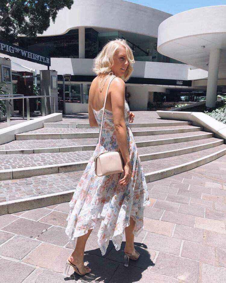 Цветочное платье в богемном стиле, летнее светлое приталенное платье на бретелях с цветочным узором, кружевной отделкой и неровным подолом расклешенной юбки, 2019
