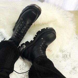 Image 4 - パンクスタイルの女性のアンクルブーツ黒 6 センチメートルプラットフォームブーツ高トップス軍事ブーツ金属装飾秋の冬 bota ş mujer