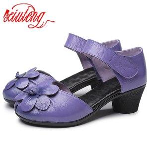 Image 1 - Xiuteng Sandalias de cuero con flores para mujer, zapatos informales gruesos con correa trasera, hechos a mano, para verano, 2020