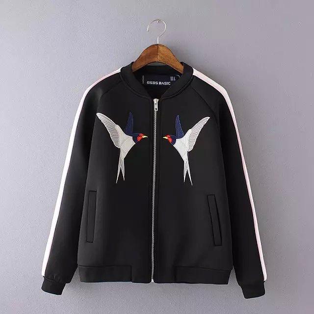 moda mujer chaqueta de primavera cuello alto negro de raso bordado pájaros del