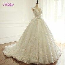 Svatební krajkové šaty s hlubším výstřihem