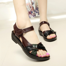 MIUBU summer shoes flat sandals women aged leather flat with mixed colors fashion sandals comfortable old shoes цена