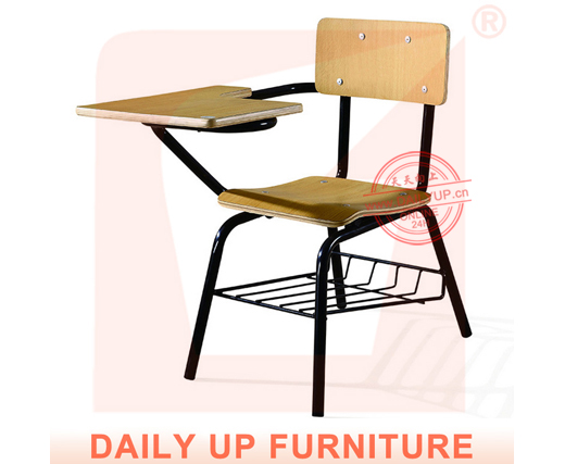Comfortabele lezen stoel met mand houten stoel met for Meubilair engels