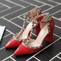 2016 Nova Moda Apontou Sandálias Cinta T Rebite Lado Vazio Grosso Sandálias de Verão de salto Alto Sapatos de Salto Alto Sexy Inferior Red G182