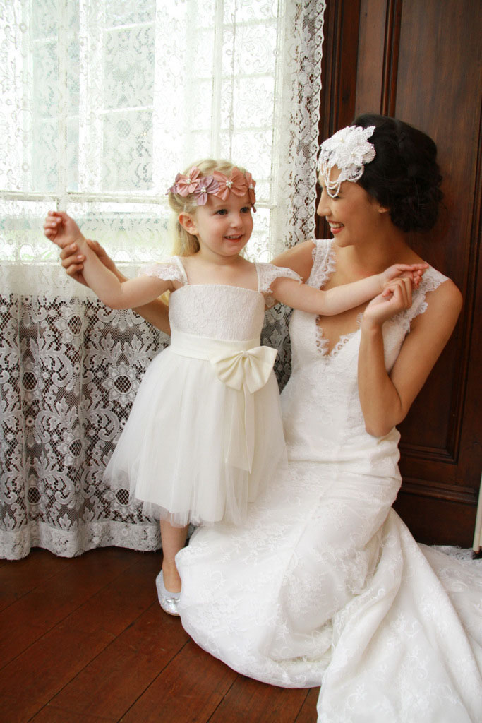 Sleeveless A-Line Flower Girls Dresses For Wedding Gown Knee-Length Mother Daughter Dresses Lace Holy Communion Dresses With Bow baptism a line 2016 lace white first communion floor length for princess vestidos de comunion off the shoulder holy dresses