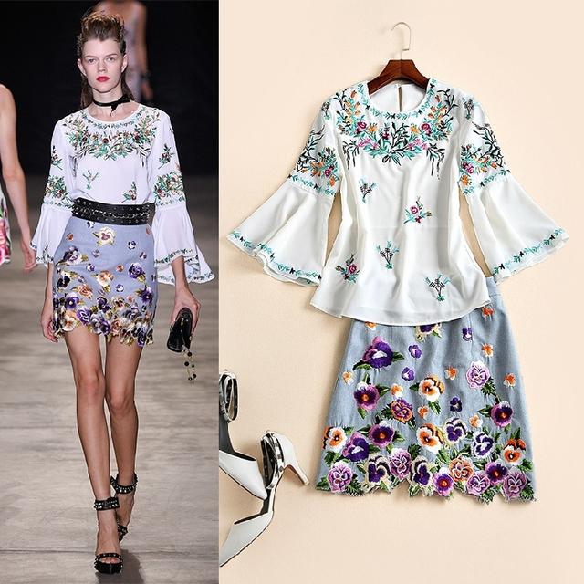 Impressionante! novo 2017 moda primavera verão bordado floral manga flare mulheres tops blusa + bonito mini saia duas peças conjunto terno
