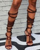 Популярные летние красно коричневый кожаный пряжки Для женщин сапоги до колена с открытым носком женские туфли на высоком каблуке Сапоги и