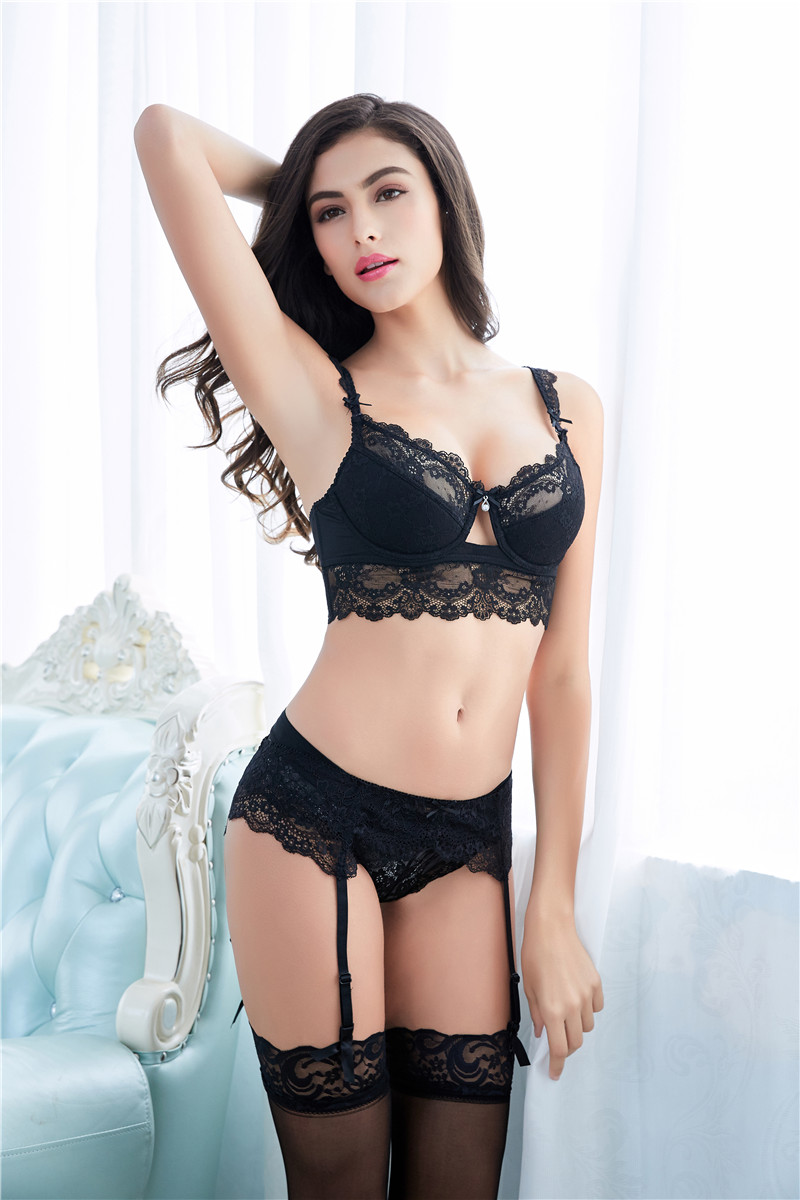 Этот сексуальный набор нижнего белья состоит из четырех компонентов   бюстгальтера, трусиков, подвязок и чулок 87e946db920