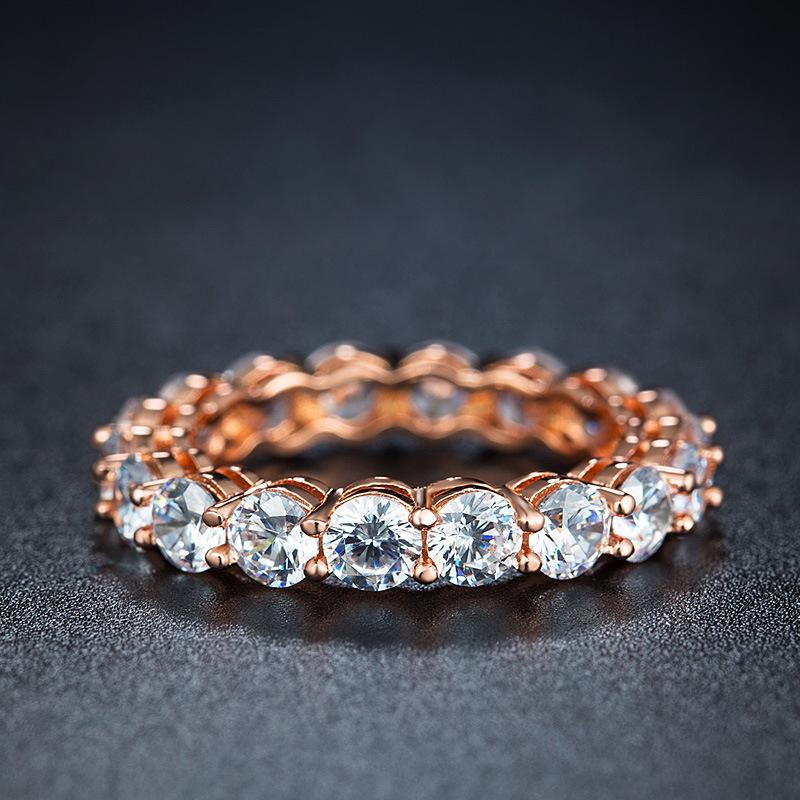 Женские большие круглые кольца из розового золота с цирконием