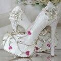Белое кружево перл мода свадебная обувь пятки платформы обувь бабочка/сердце мелкой рот свадебные насосы девушка партия Насос