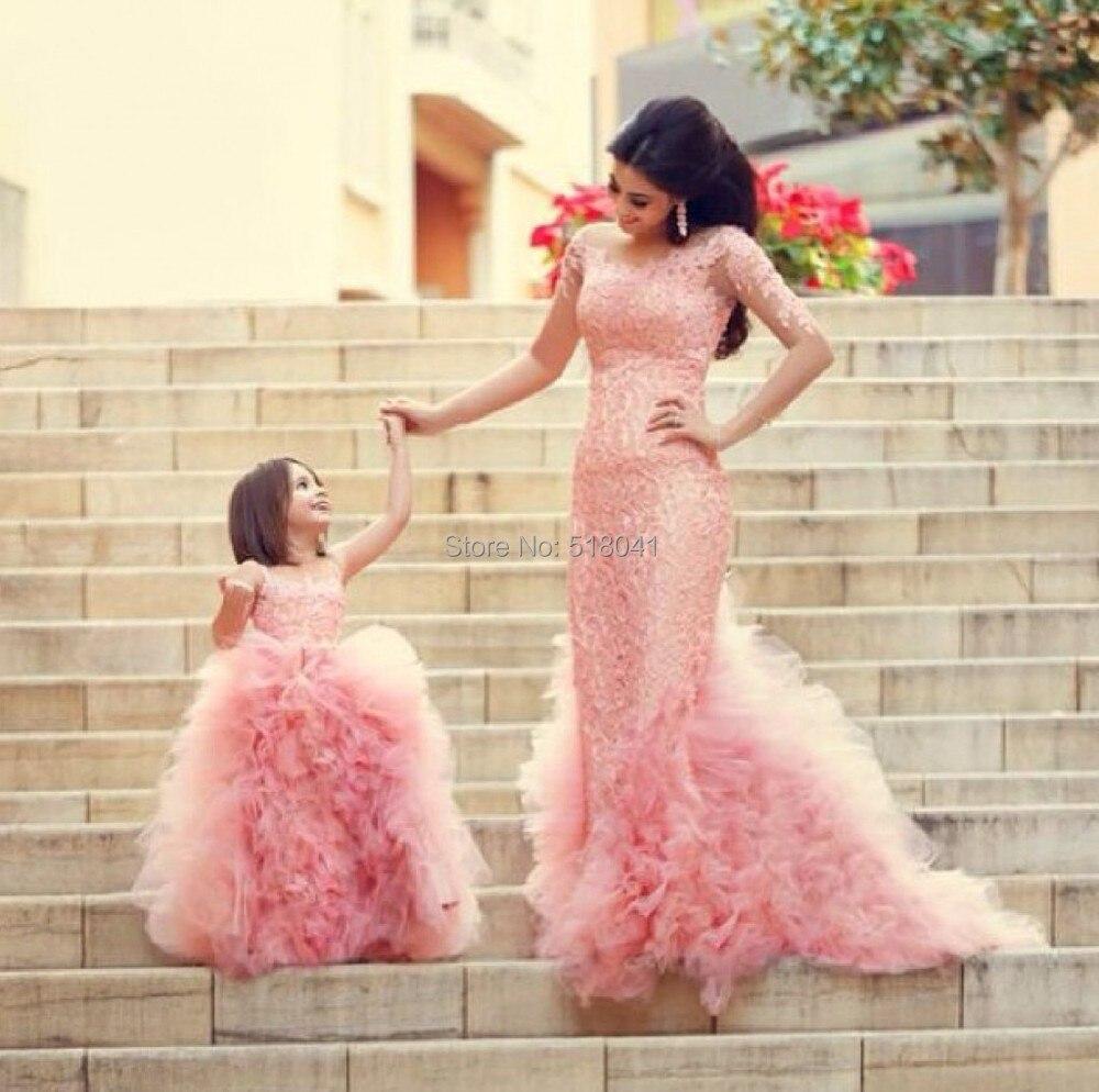 Feliz diseñado vestidos para madre e hija familia equipada sirena de ...