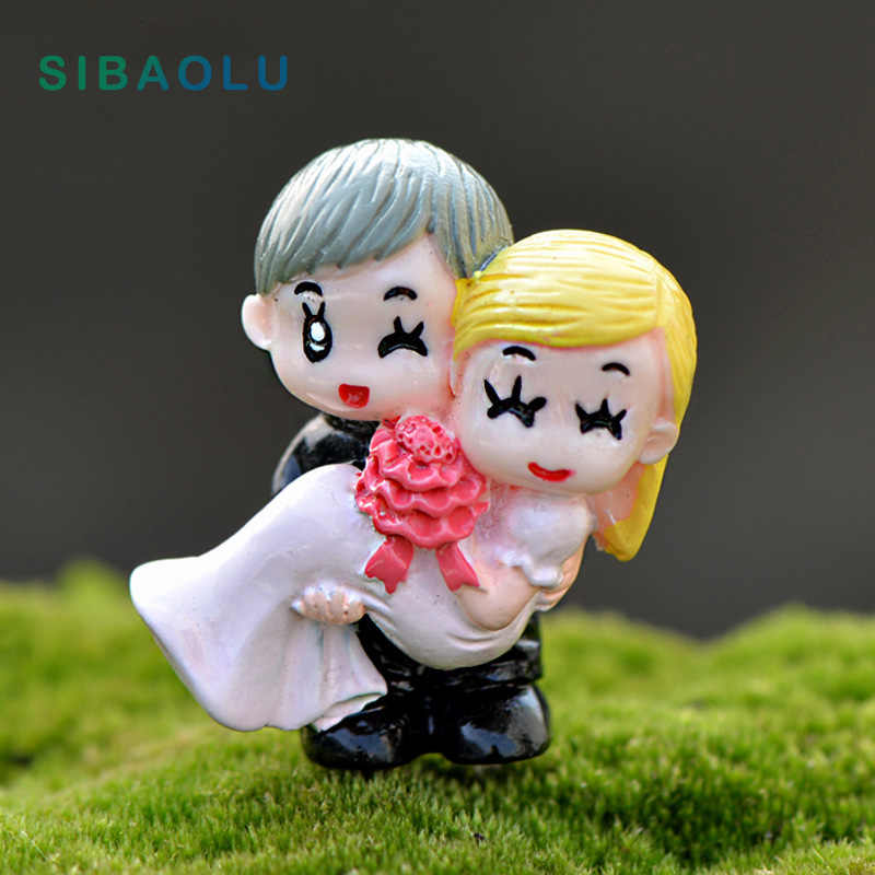 Groom embrace bride Miniature Figurine Cartoon wedding Cake home Decoration Character Anime garden figures action model doll