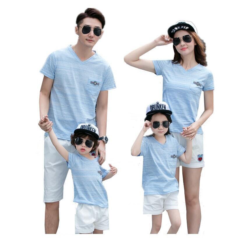 Été 2017 mère et fille vêtements famille look bleu garçons chemises col en v t-shirts pour filles père fils blanc pantalons courts