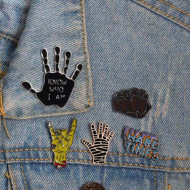 Śmieszne lapel broszka emalia przypinka Fist Palm zdjęcie gest Anime broszki dla kobiet mężczyzn biżuteria koszule kurtki plecaki