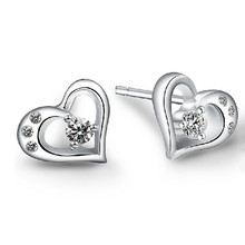 цена 100% 925 sterling silver fashion love heart shiny crystal ladies`stud earrings jewelry Anti allergy female birthday gift в интернет-магазинах