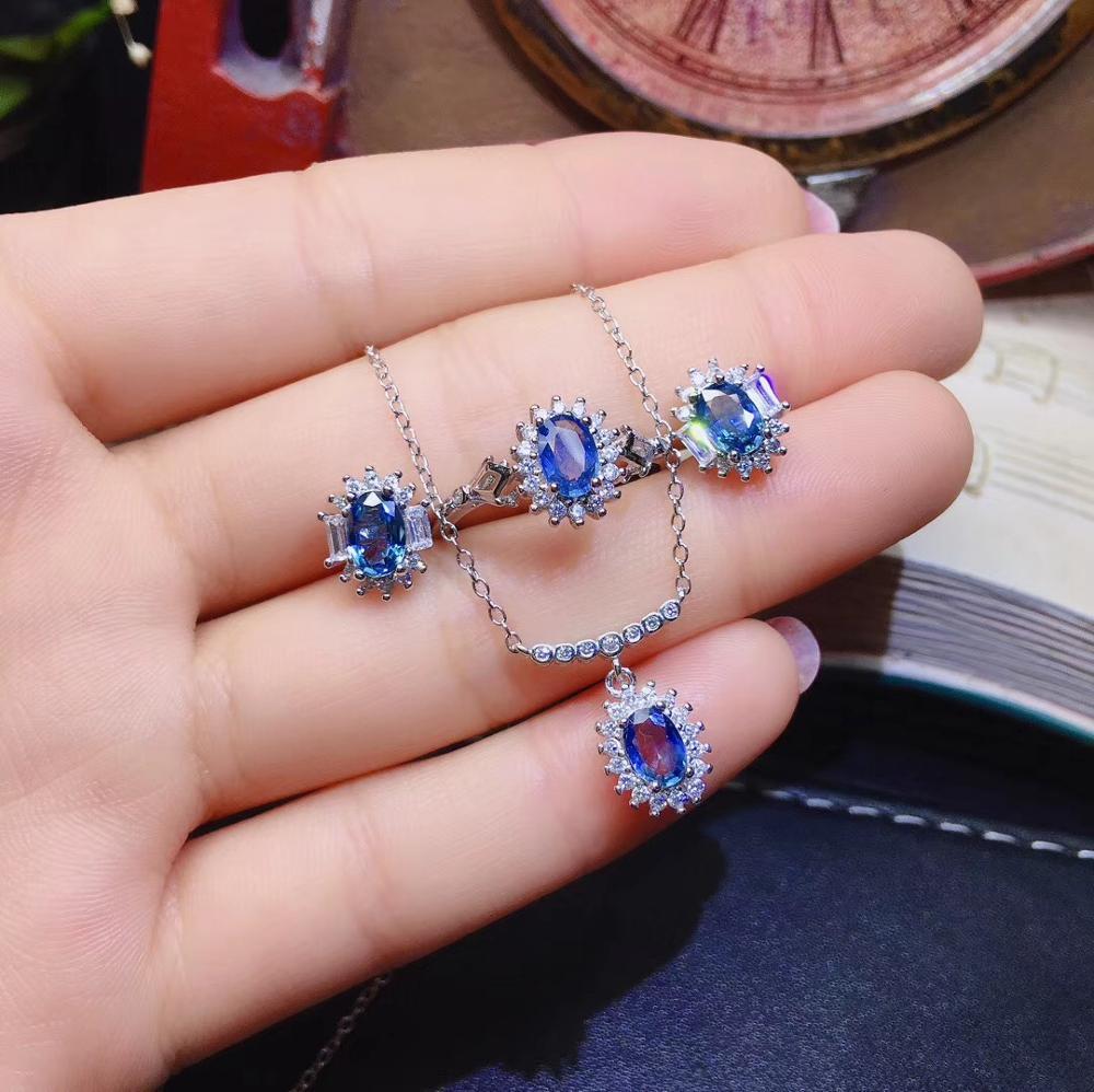 Charmant bijoux en pierres précieuses vert émeraude, y compris des boucles d'oreilles et un collier