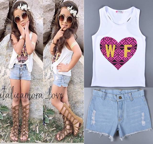 Estilo en forma de Corazón Patrón de Los Niños del verano Conjunto Blanco W F Camiseta Sin Mangas + Pantalones Cortos de Mezclilla Femenina Del Juego Del Bebé Niños ropa nino