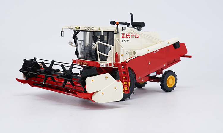 1:30 Diecast Model for Foton LOVOL GN70 Combine Harvester Alloy Toy Car Miniature Collection Gifts Reaping Machine 1 30 diecast model for foton lovol m2104 k tractor alloy toy truck miniature collection gifts td tg series
