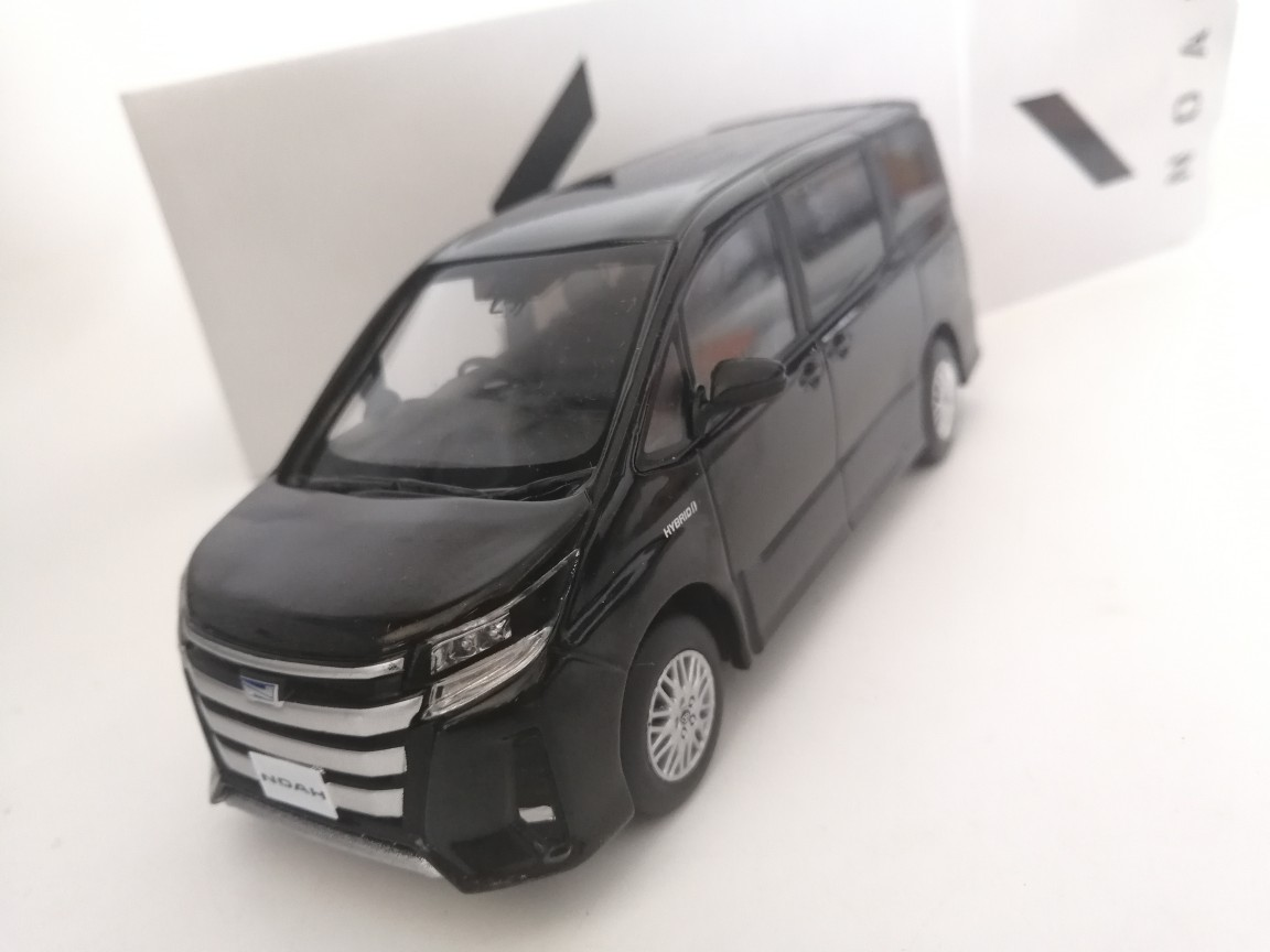 3 color 1:30 TOYOTA NOAH alloy model Car Diecast Metal Toys Birthday Gift  For