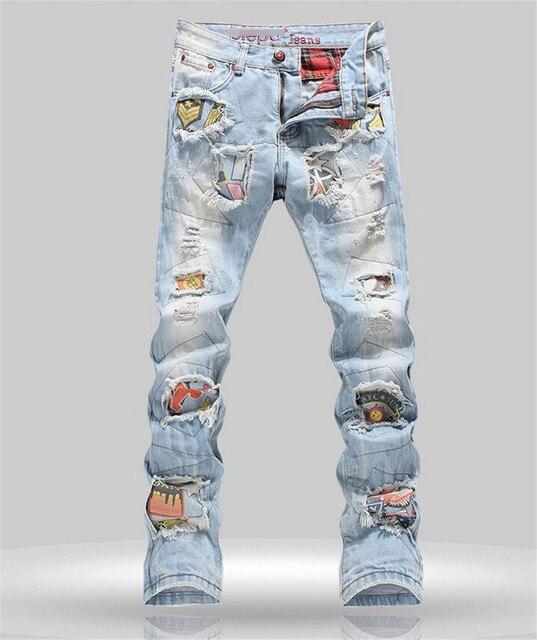 011c88597 Insignia personalidad Patchwork Jeans Hombres Pantalones Rotos Moda Marca  Rayado Biker Jeans Agujero Pantalones Rectos del Dril de algodón Slim Fit  ...