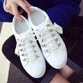 Moda casual de las señoras zapatos de mujer atan para arriba pequeños zapatos blancos de las mujeres fringe calzado pisos de punta redonda decoración de metal zapatos de mujer