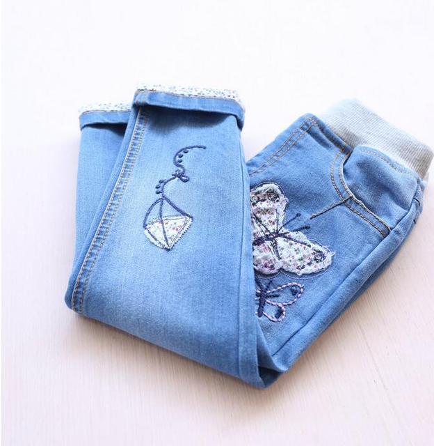 1489443 atacado 2016 nova primavera calças Jeans da moda meninas bordado Floral chave borboleta meninas calças Jeans roupa dos miúdos fornecedor