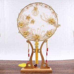 Image 2 - JaneVini tradycyjny chiński ślub bukiet ślubny wentylator złota czerwone kwiaty zroszony starożytny Bride ręka uchwyt fanów na pokrycie twarzy
