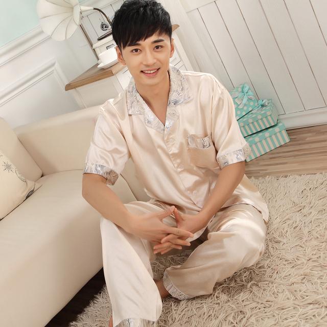 Venta caliente Beige Conjunto Pijama De Seda Masculina de Impresión 2015 Primavera Verano de Manga Corta Moda Masculina Salón Pijama De Raso Pijamas L, XL, XXL