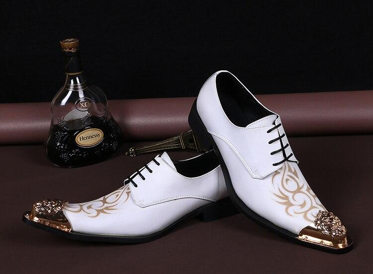 Moda intaglio mens in vera pelle bianca scarpe da sposa degli uomini di  lusso scarpe a punta di disegno vestito di vestito scarpe da uomo per il  tempo ... ac09e004602
