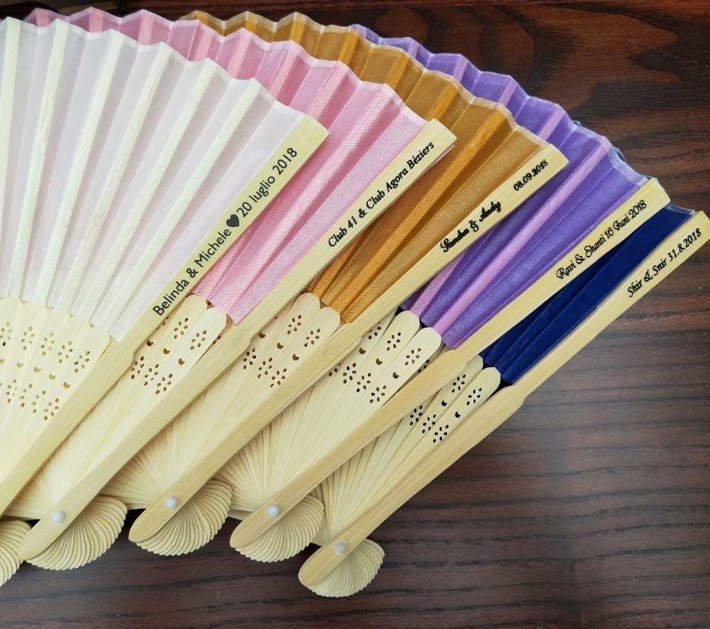 50 stks Gepersonaliseerde Bruiloft Gunsten en Geschenken Voor Gast Zijde Fan Doek Bruiloft Hand Folding Fans met doos + Aangepaste Printing-in Feest bedankjes van Huis & Tuin op  Groep 1