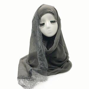 Image 5 - 30 renk kadın düz Dantel eşarp başörtüsü Pamuk viskon şal Müslüman düz atkı bayan susturucu Lüks fular 10 adet/grup