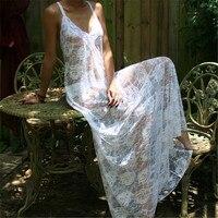 흰색 레이스 등이없는 잠옷 신부