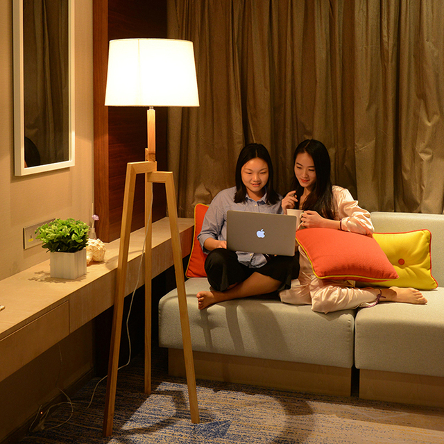 Chinesische massivholz boden lampe wohnzimmer studie schlafzimmer nacht boden lampe einfache moderne kreative persönlichkeit eiche drei fuß lampe