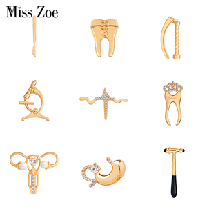 Medical brooches Collection Crystal uterus microscope scalpel stomach ECG tooth pins jewelry for Doctor Nurse(China)
