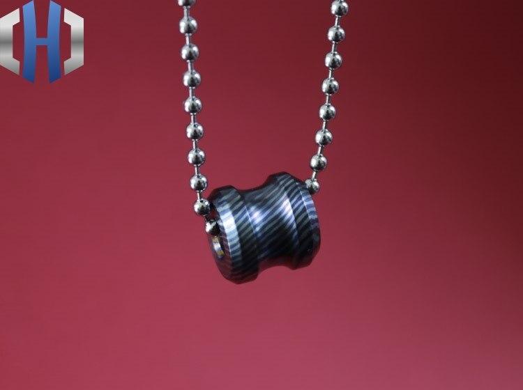 Titane cheval personnalisé fait à la main damas parapluie corde couteau pendentif queue corde accessoires pendentif créatif couteau perles