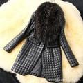 Nueva faux de la manera mujeres de la capa de cuero de la tela escocesa de piel de oveja chaqueta de invierno cálido cuello de piel de mapache negro mujer marca clothing z5