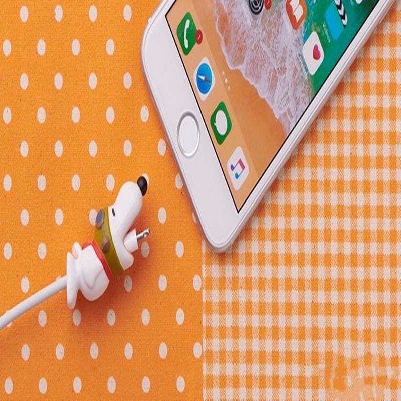 Take a biteCharlie Brown's dog SNOOPER Iphone data line protector bite mobile phone sets decorative doll dustproof anti-clogging