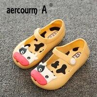 Aercourm A 2018 г. детей желе сандалии матовые мягкие кожаные сандалии для мальчиков и девочек красный желтый обувь детские плоские корова голова ...
