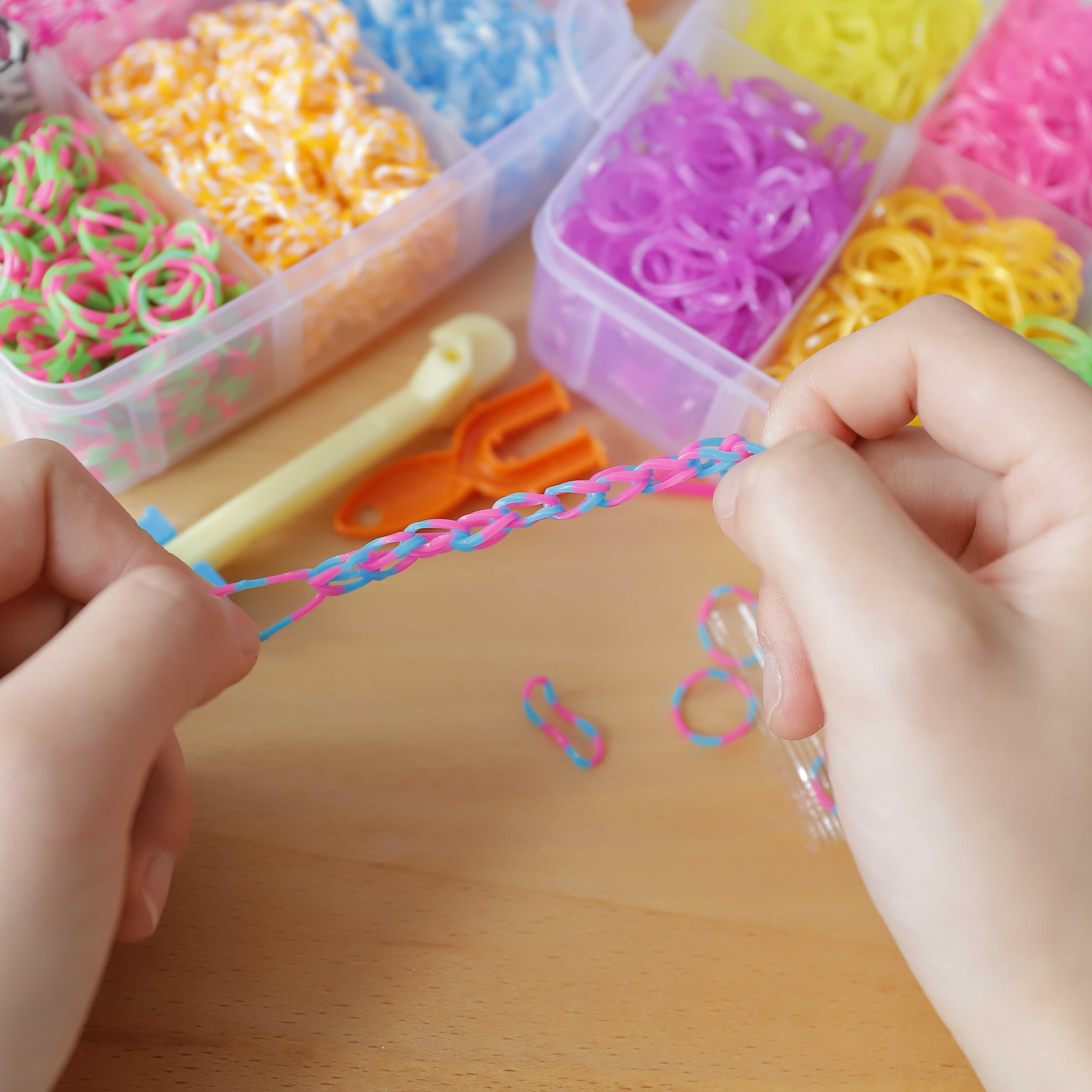 """1800 ПК игрушки """"Сделай своими руками"""" резиновые резинок для создания плетеных браслетов в комплекте со станком для плетения браслетов из мультфильмов комплект DIY браслет силиконвые резинки упругие Радуга Ткань резинок для создания плетеных браслетов в комплекте со станком для плетения браслетов, игрушка для детей, Товары"""